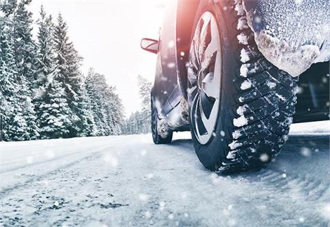 Bil på snødekt vei